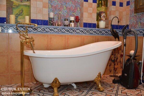 Ванна з золотими кранами
