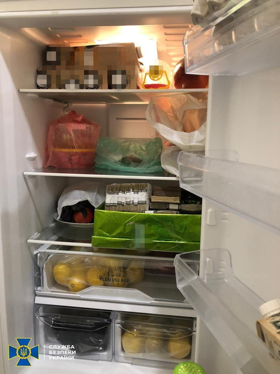 """Гроші учасники схеми на """"Укрзалізниці"""" сховали в холодильнику."""