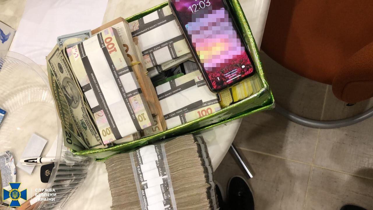 Великі готівкові суми організатори оборудки склали в коробки.