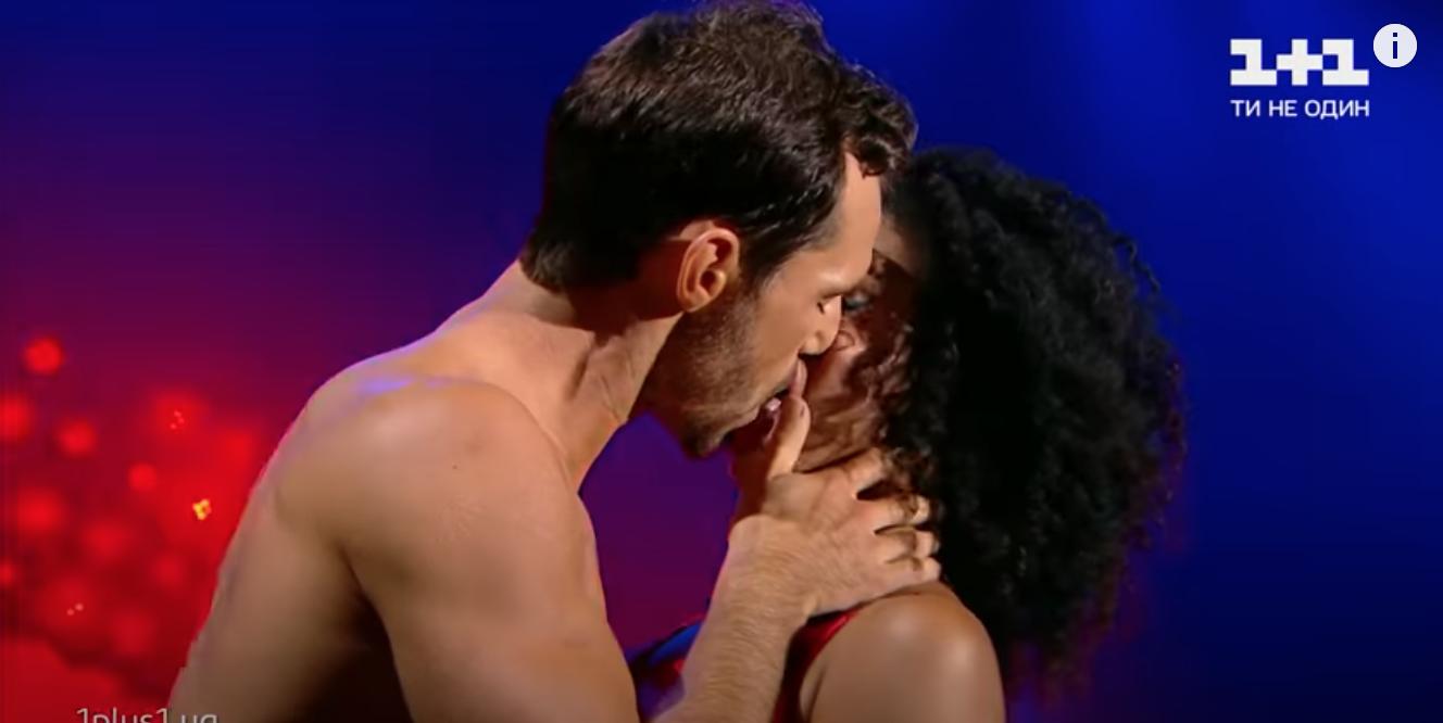 """Участники """"Танців з зірками"""" откровенно поцеловались на сцене."""