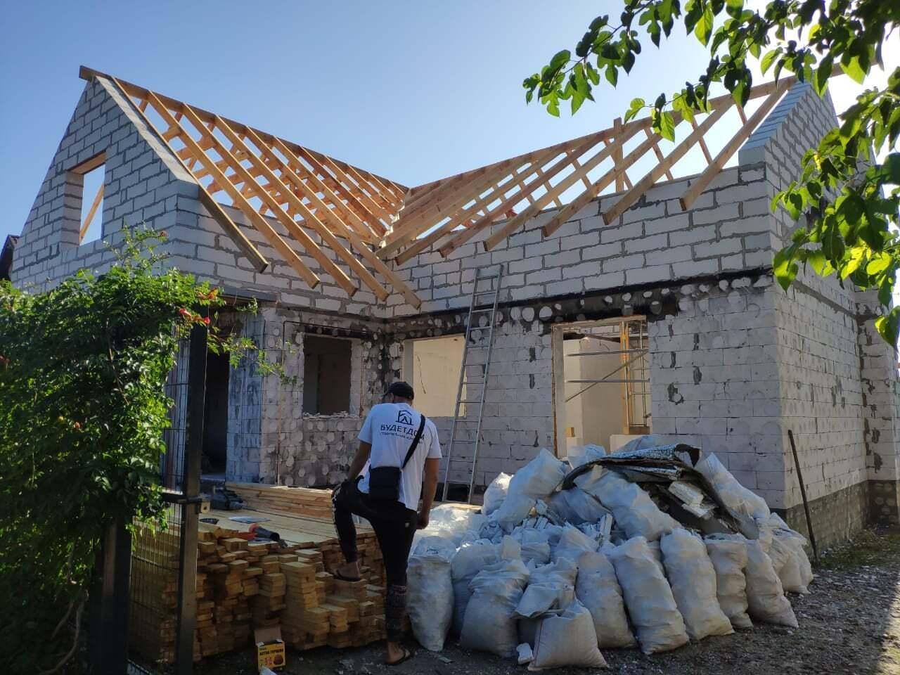 Активист восстанавливает сгоревший дом.