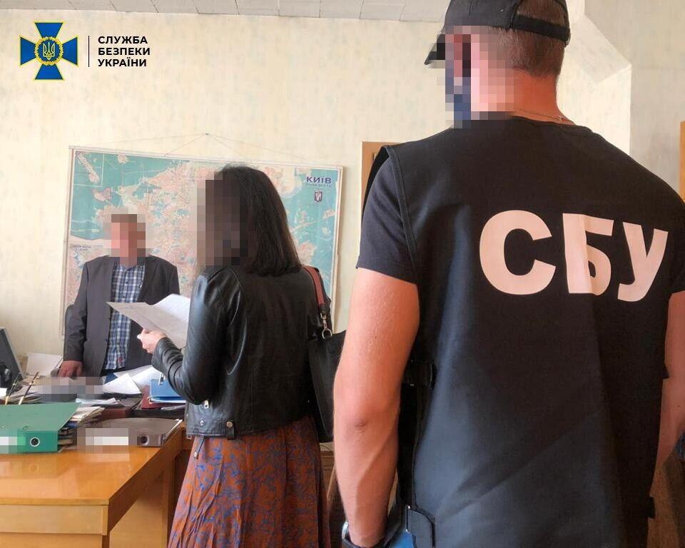 Керівнику держпідприємства і його спільникові повідомлено про підозру за ч.2 ст.28, ч.3 ст.369-2 КК України.