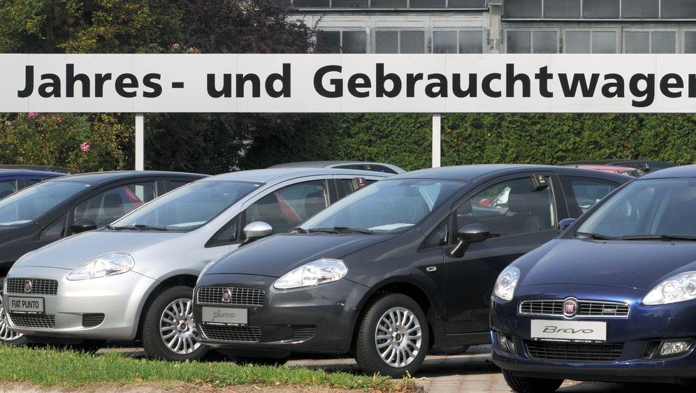 Вживані авто на майданчику в Німеччині.