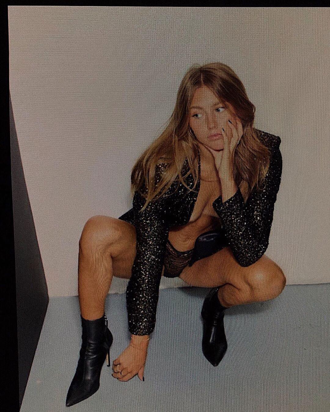 Эмма Каннинг в блестящем пиджаке