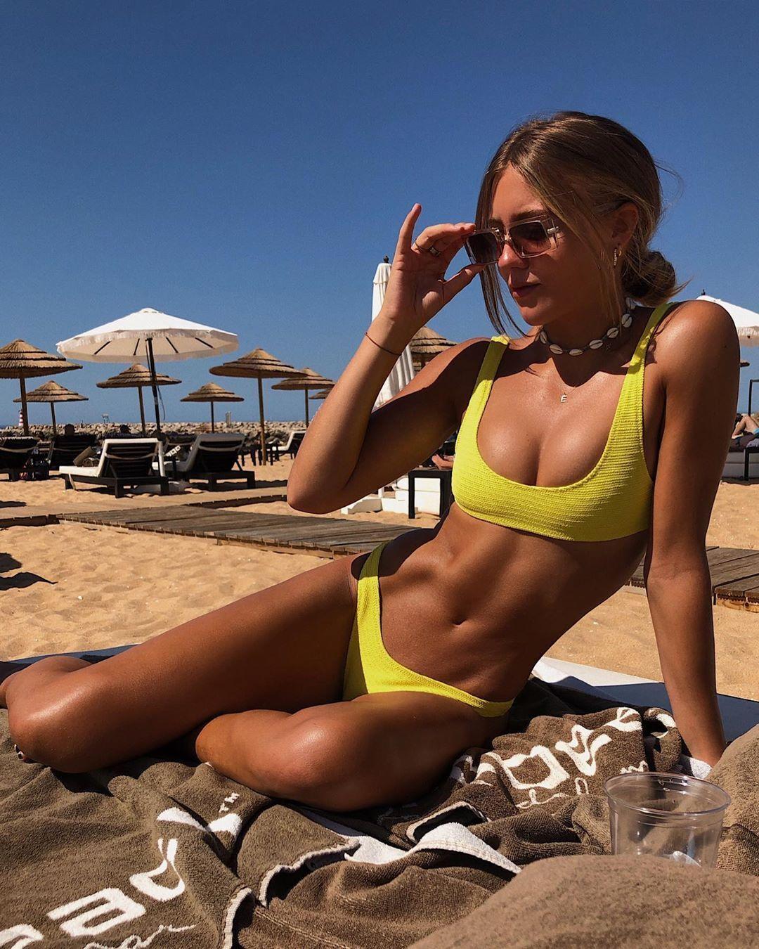 Эмма Каннинг в желтом купальнике