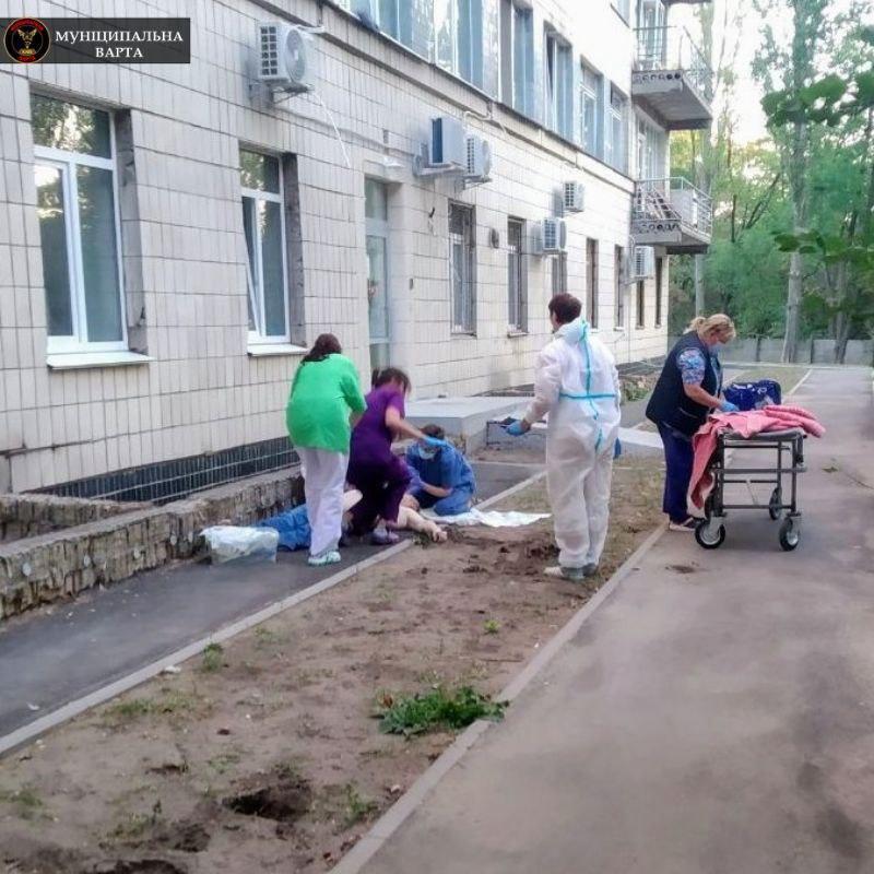Наряди Муніципальної охорони несуть цілодобове чергування у лікарні.