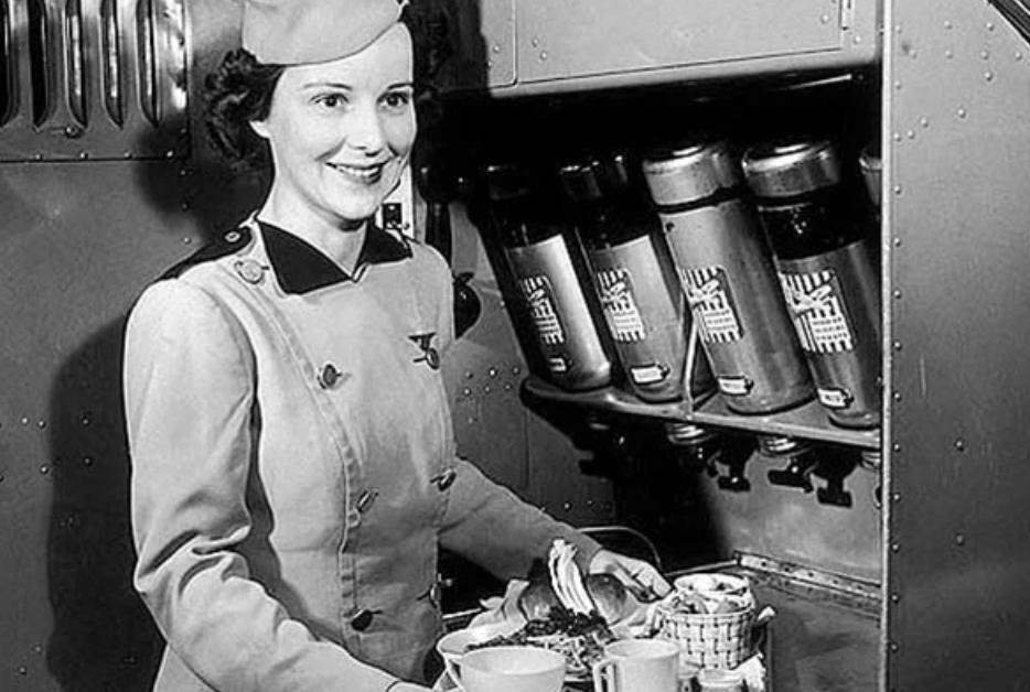 Эллен Черч на борту самолета.
