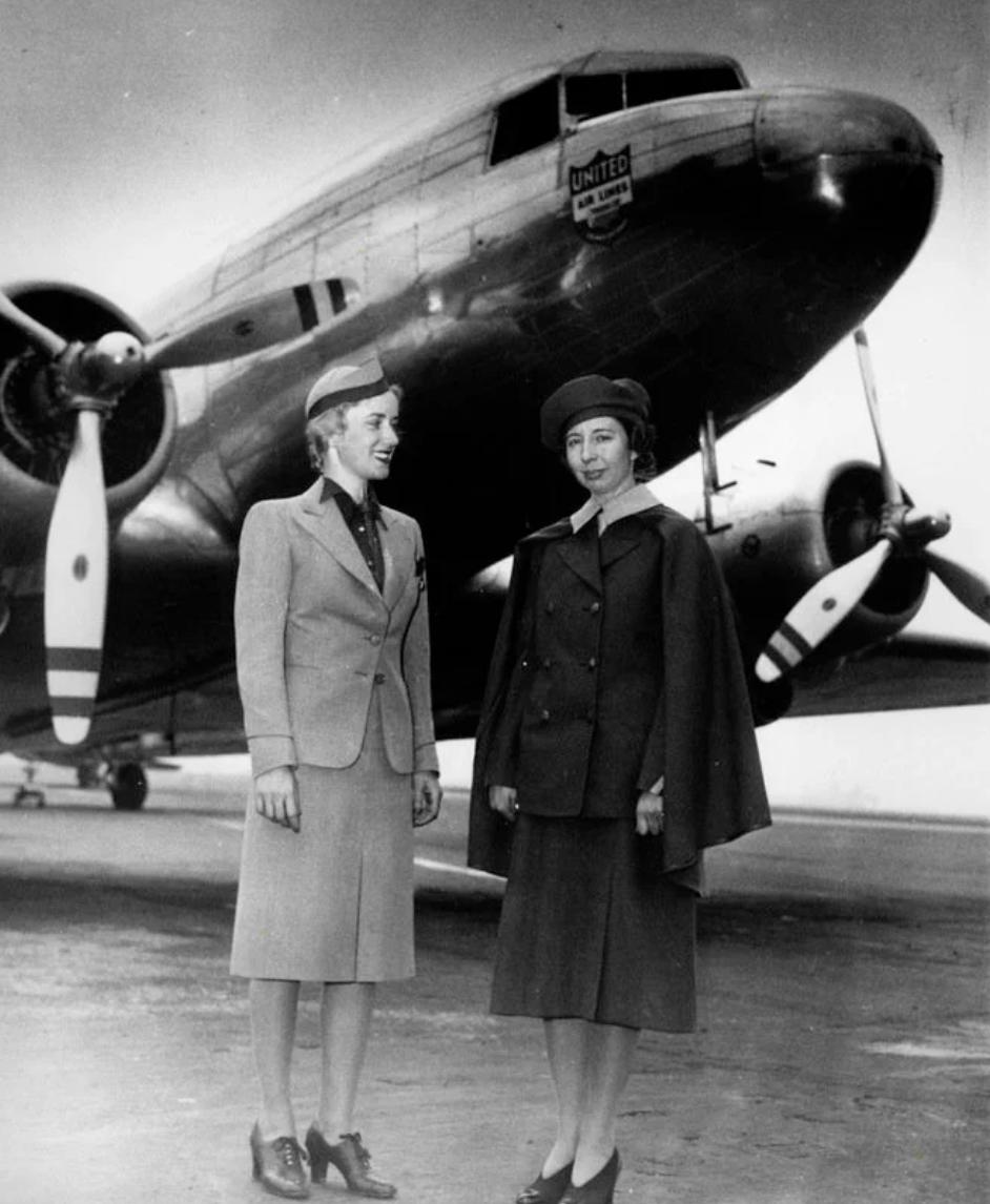 Эллен Черч (справа) и стюардесса Вирджиния Щредер (1940 год) .