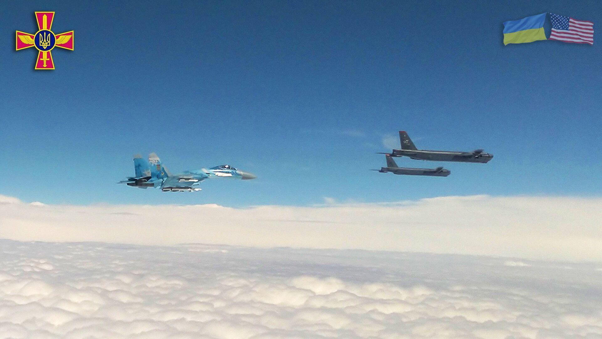 Українські літаки супроводжують В-52H.