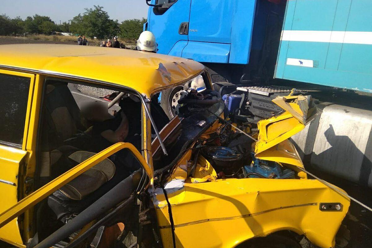 Постраждалого водія з авто вирізали рятувальники.