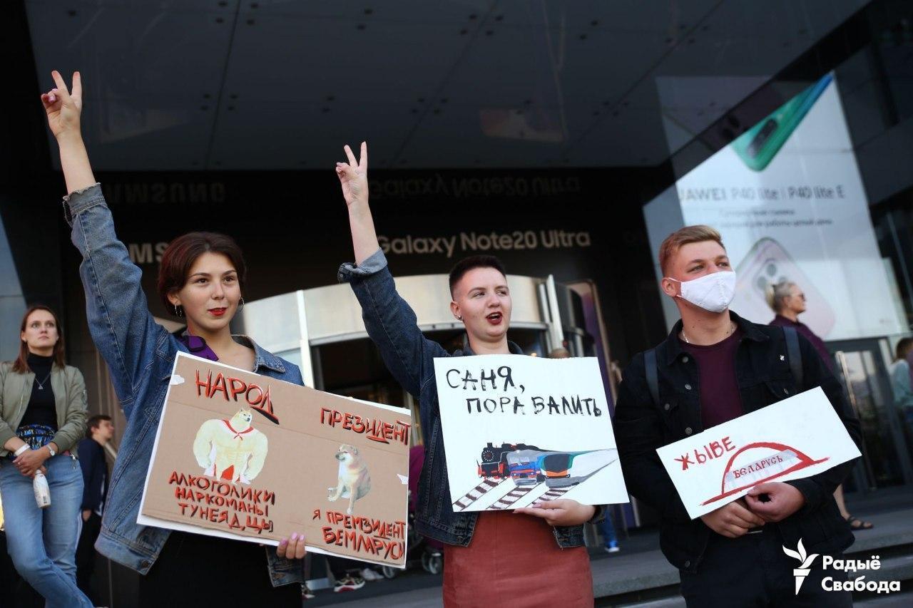 """Девушки с плакатами возле ТЦ """"Галерея""""."""