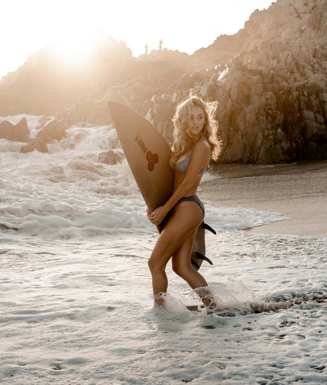 Брі Лін Клейнтоп заходить у воду з дошкою для серфінгу