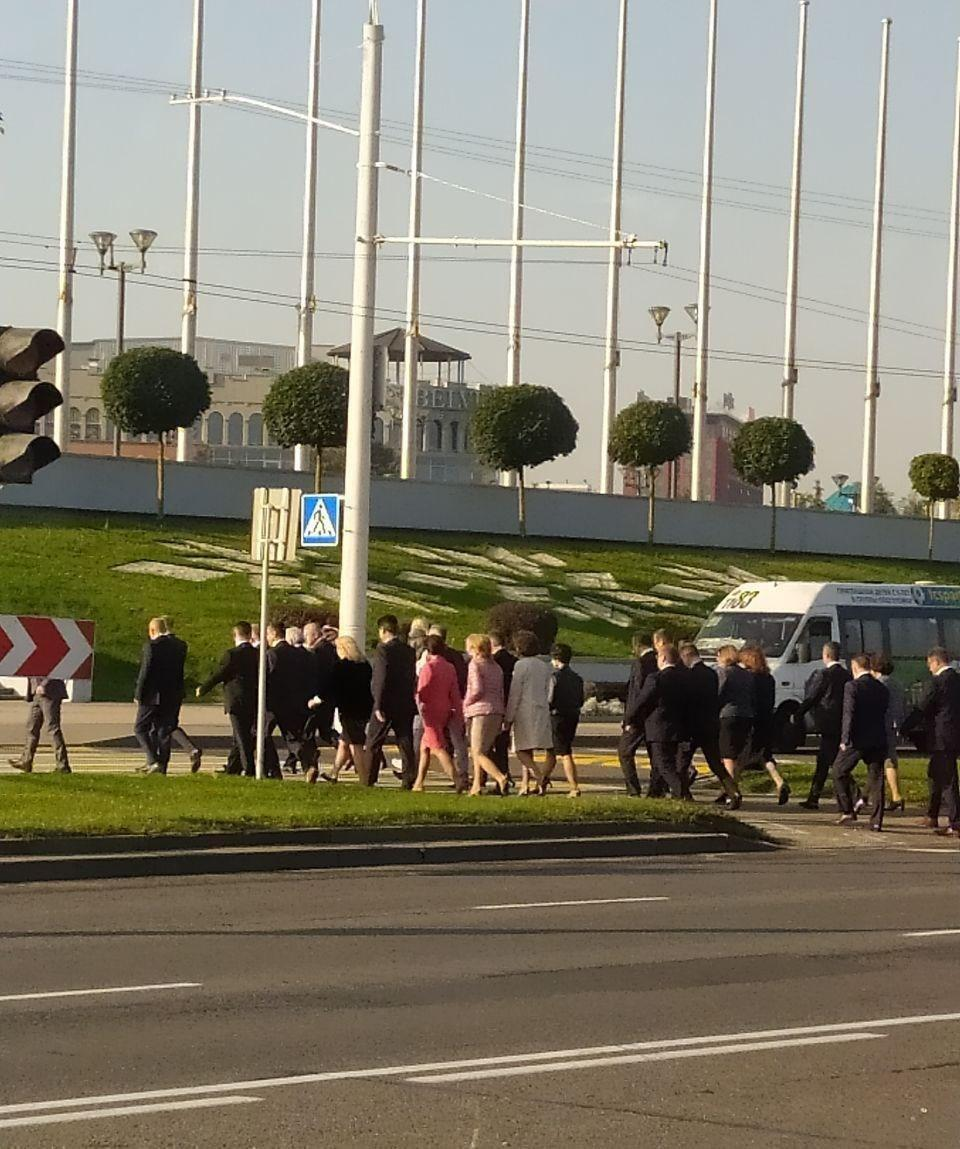 Толпы чиновников прибыли в центр Минска.