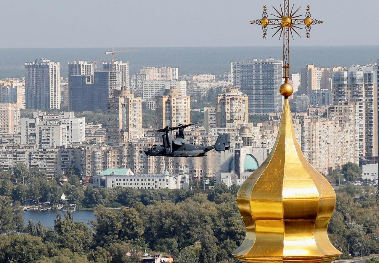 Авиация НАТО пролетела на уровне куполов Киево-Печерской лавры.