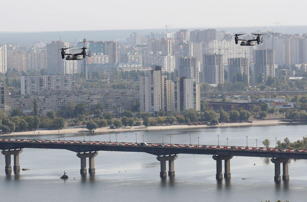 Авиация США над мостом через Днепр в Киеве.