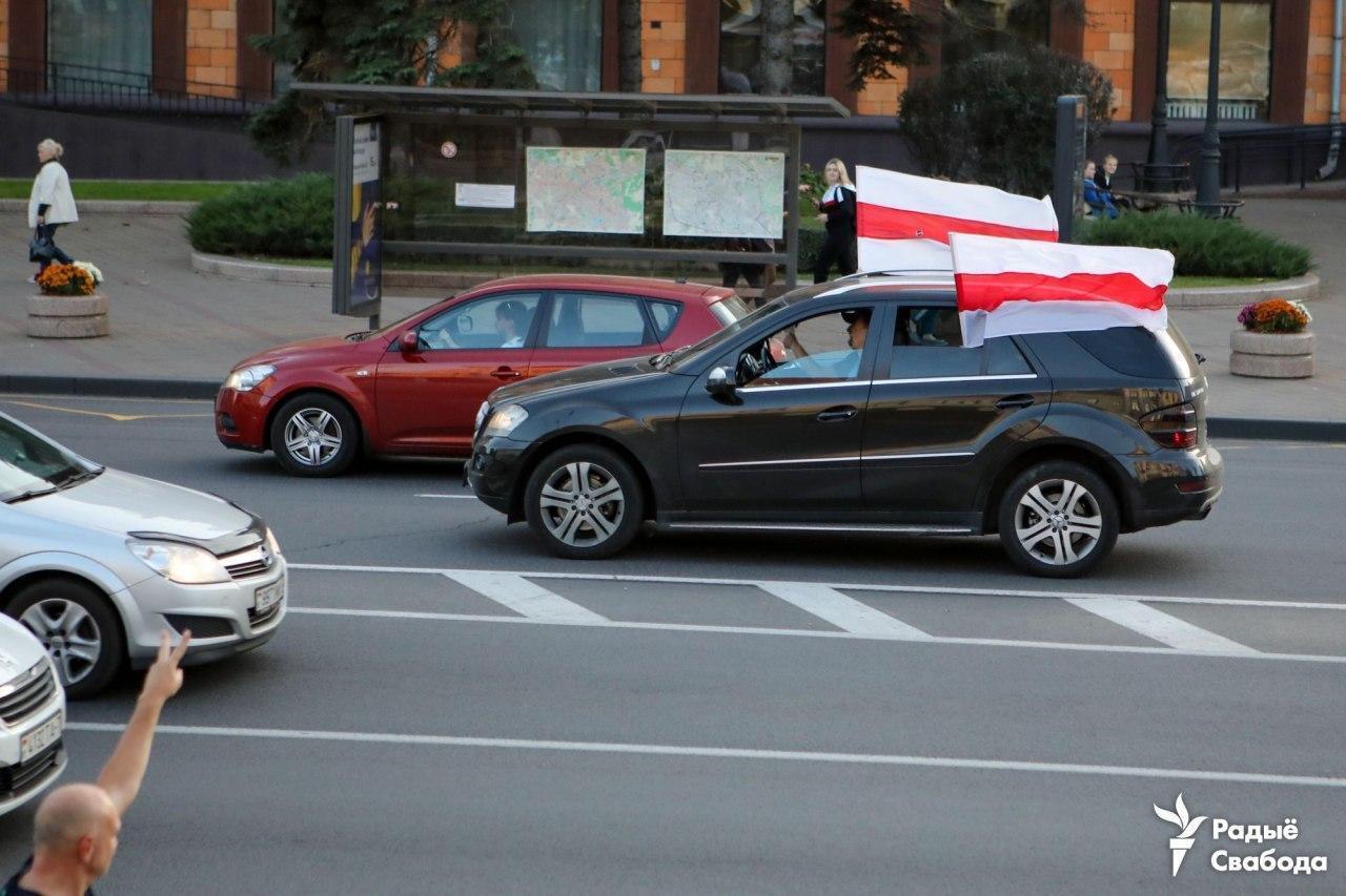 Автомобили с флагами возле площади Свободы в Минске.