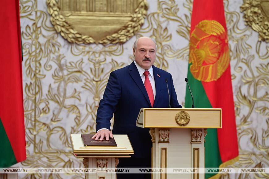 Лукашенко склав присягу, поклавши руку на Конституцію Білорусі.