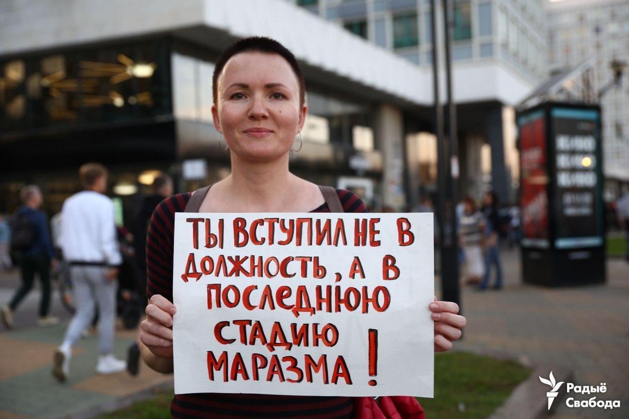 Многие протестующие держат плакаты.