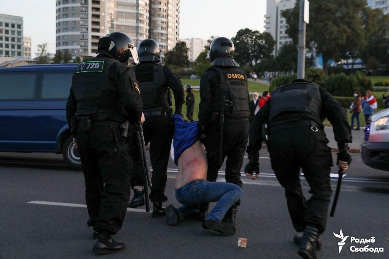 ОМОН жестко задерживает протестующих.