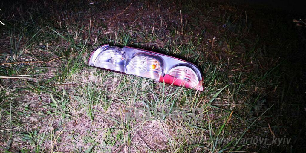 Деталі від машини розкидало по дорозі.