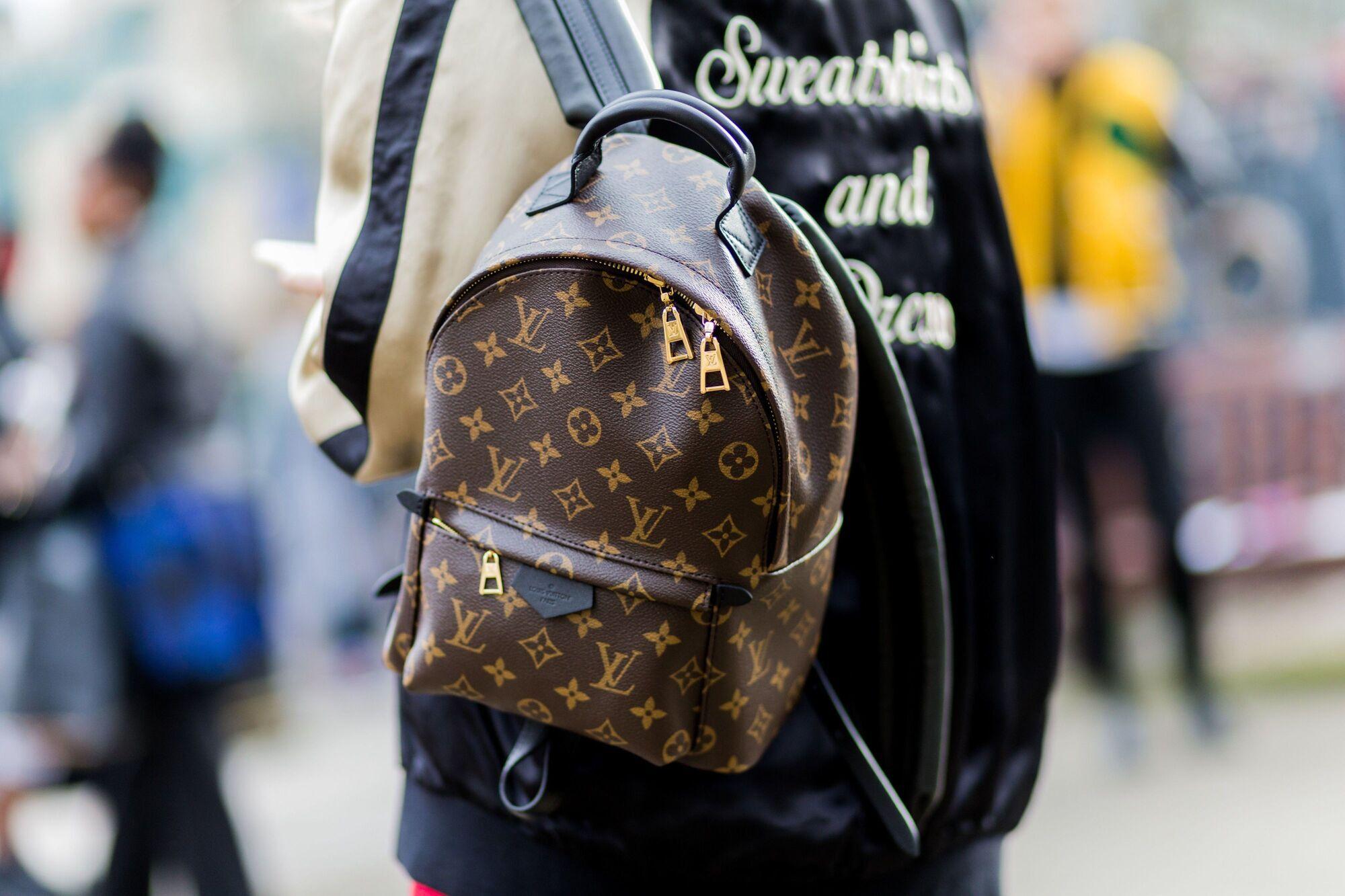 Стильний невеликий рюкзак можна поєднувати з одягом різних стилів