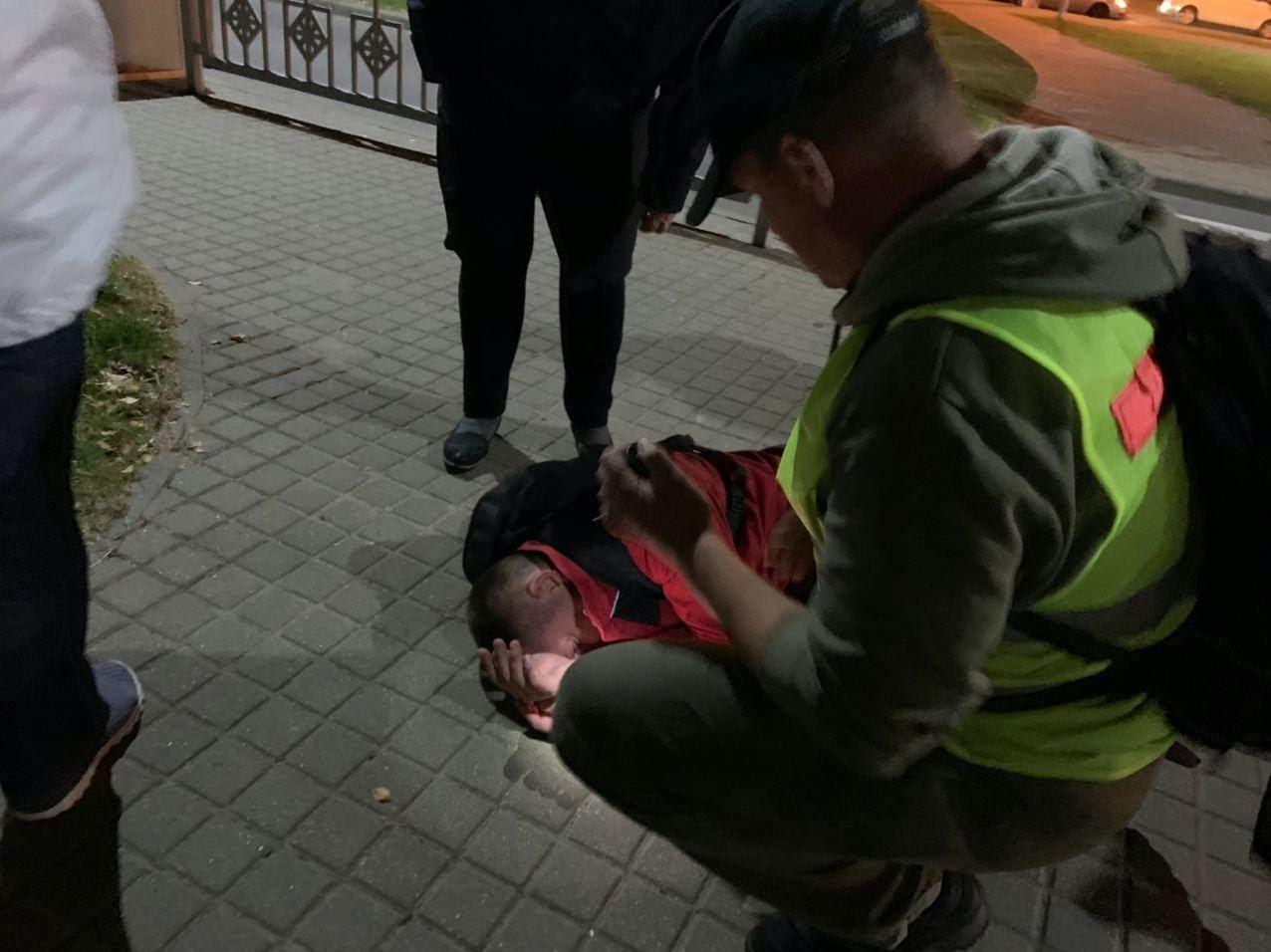 В Минске на улице Кальварийской обнаружили на земле раненого человека.