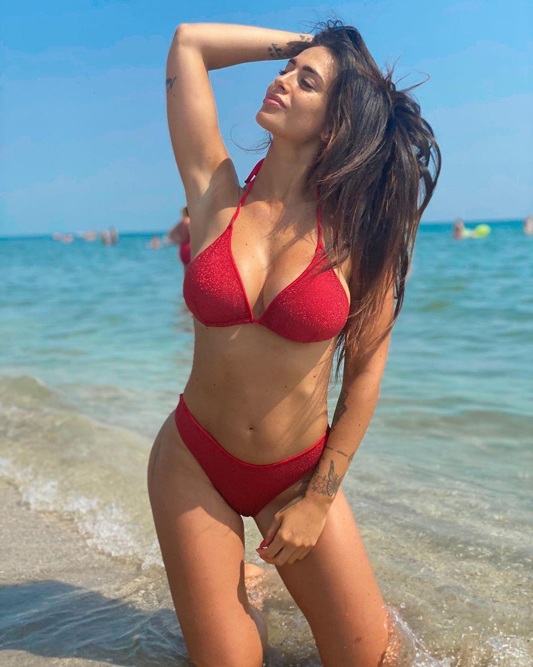 Алессия Мессина в красном бикини