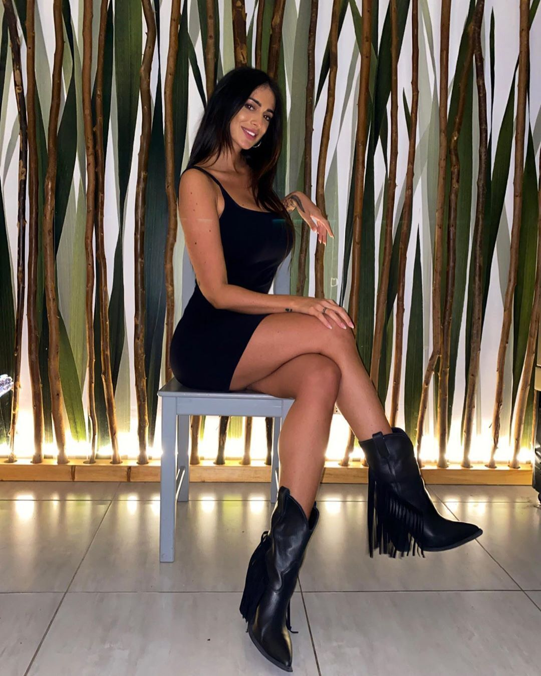 Алессія Мессіна в чорній сукні та чоботях