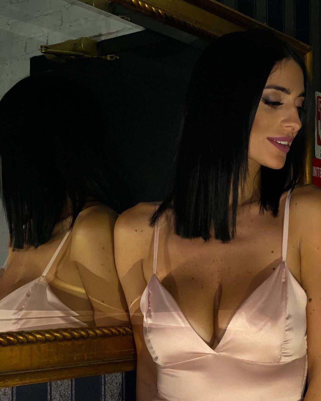 Алессія Мессіна знялася біля дзеркала
