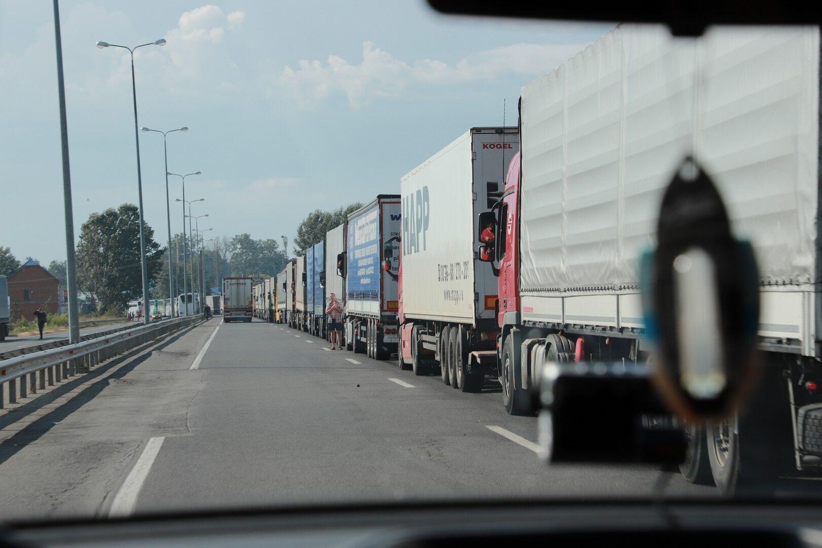 """Перед пунктами пропуска """"Ужгород"""" и """"Тиса"""" со стороны Украины скопилось более 200 грузовиков."""