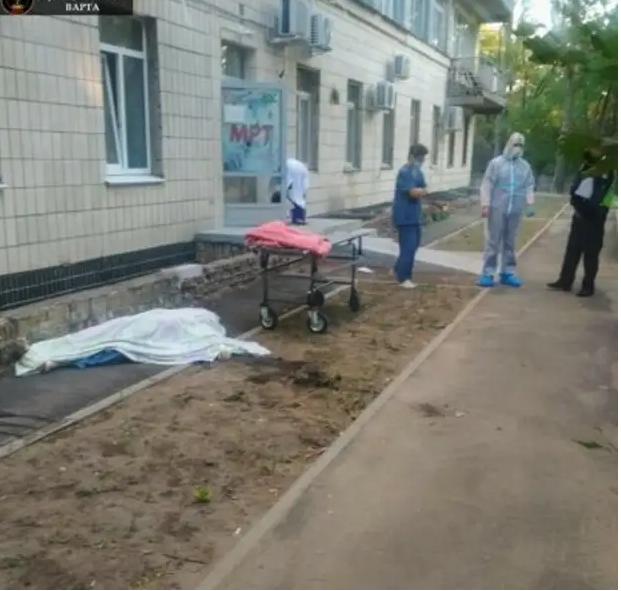 В инфекционной больнице №4 в Киеве двое пациентов выбросились из окна.