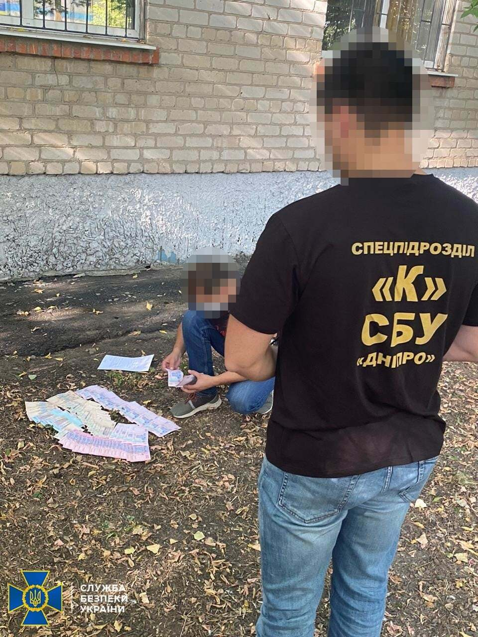 На Дніпропетровщині прокурор викинув хабар у вікно