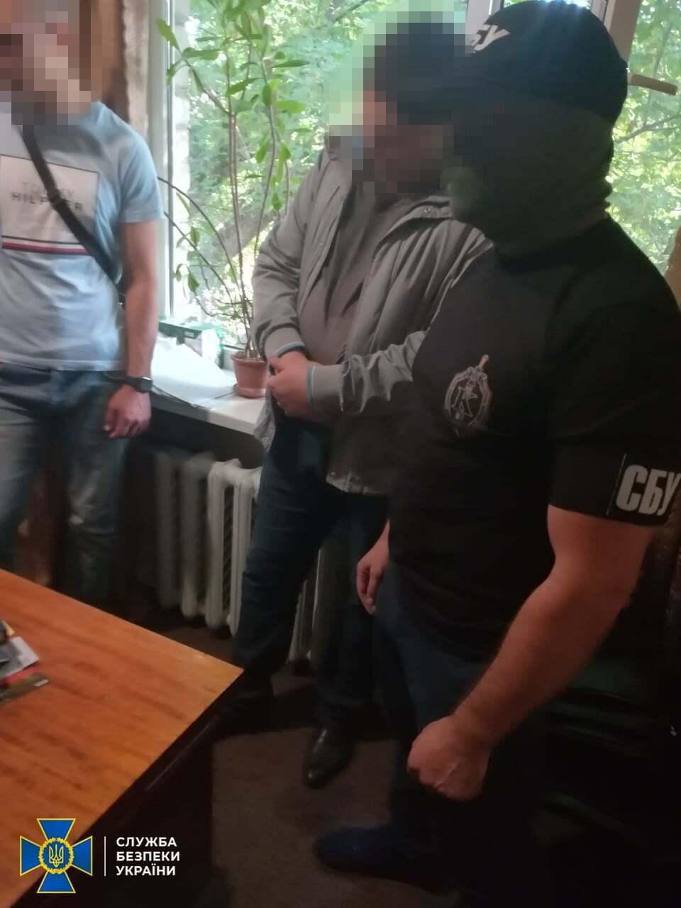 На Дніпропетровщині прокурор, якого спіймали на гарячому, викинув хабар у вікно