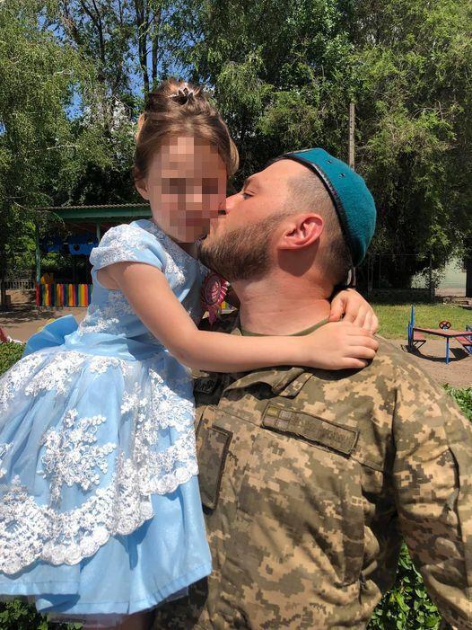 У воїна є донечка, яку він любив до нестями.