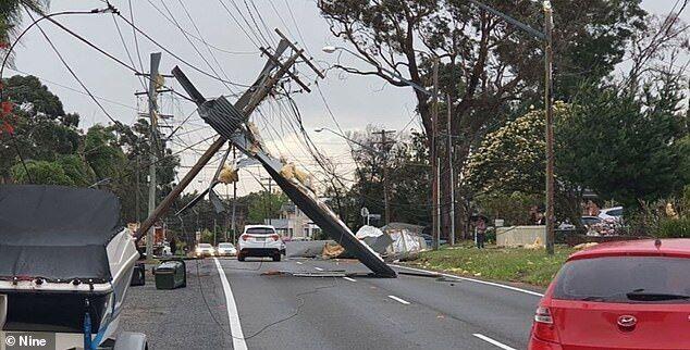 Непогода оборвала линии электропередач в Сиднее.