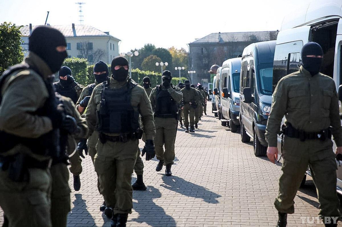 На вулиці Мінська знову зігнали силовиків для розгону протестів.