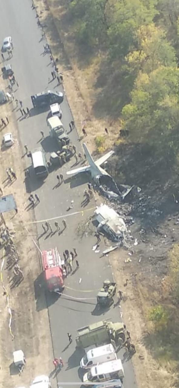 На фото видно обломки самолета возле трассы