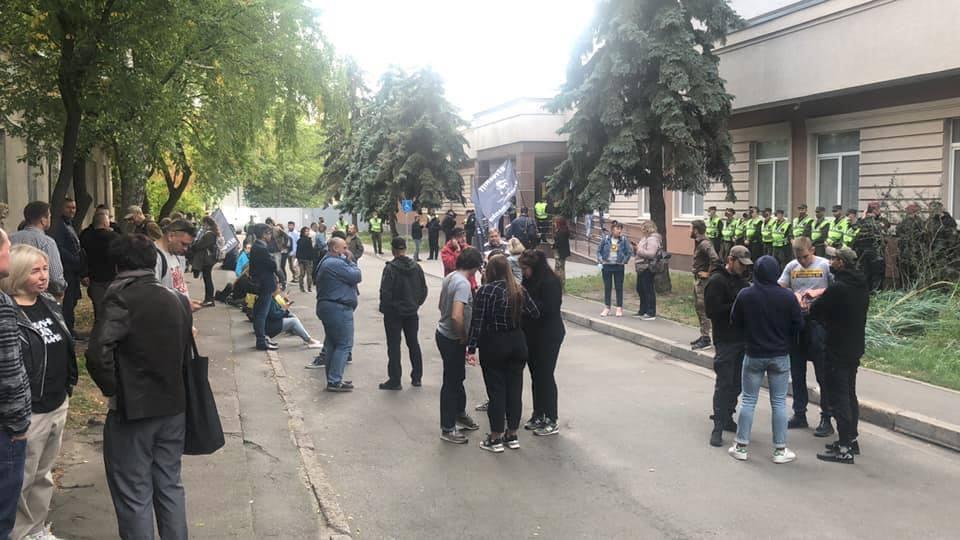 Люди чекали рішення суду на вулиці.