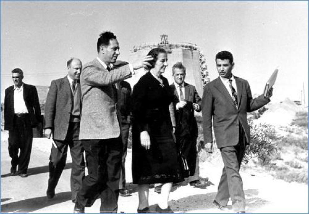 Шимон Перес і Голда Меїр на будівництві ядерного реактора в Сореку, 1958 рік