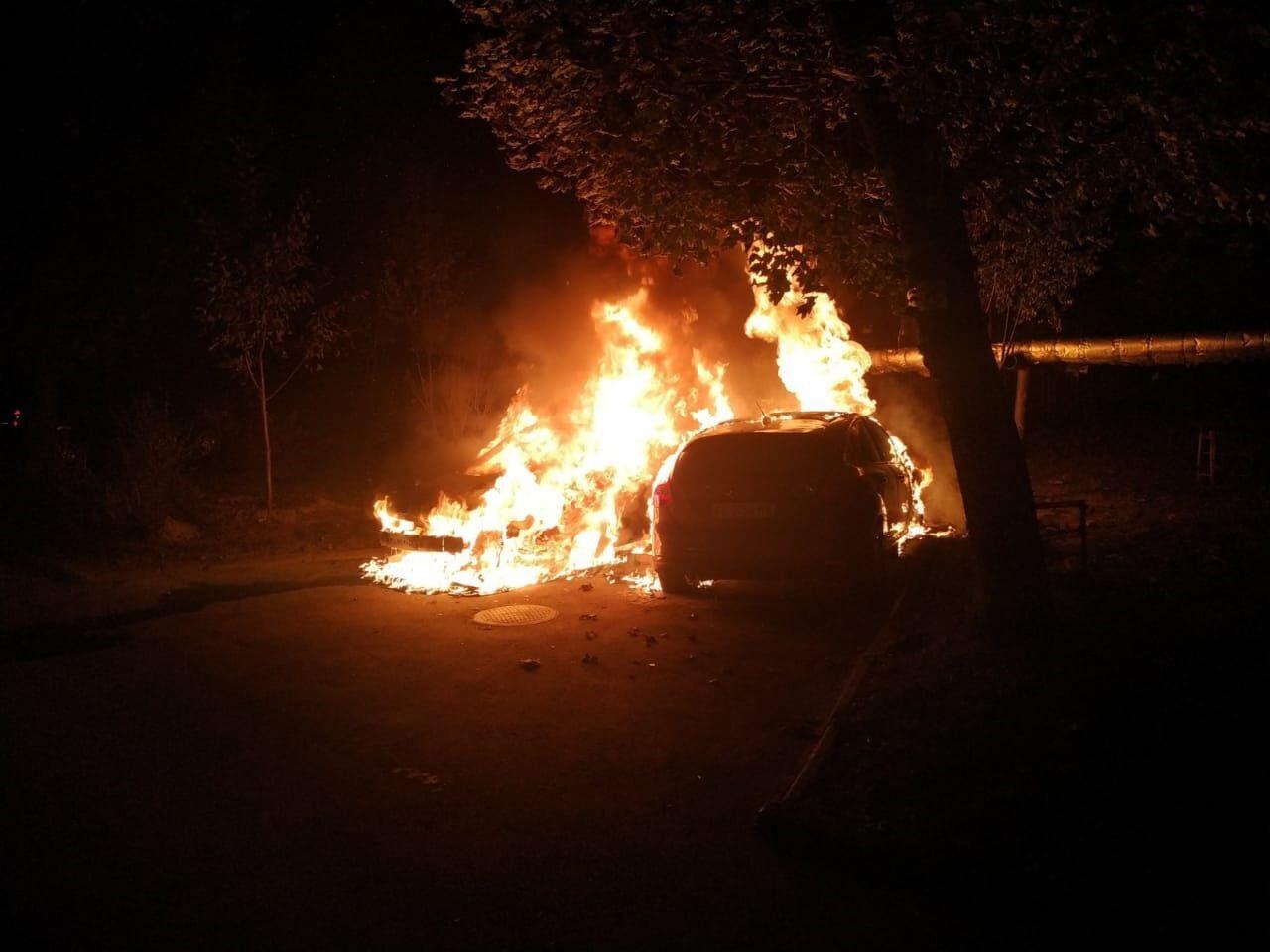 За ніч рятувальники загасили 3 легковики.