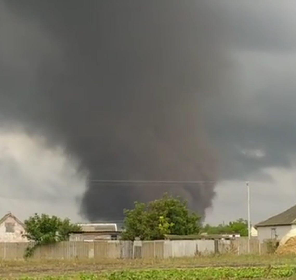 Торнадо накрыло населенный пункт.