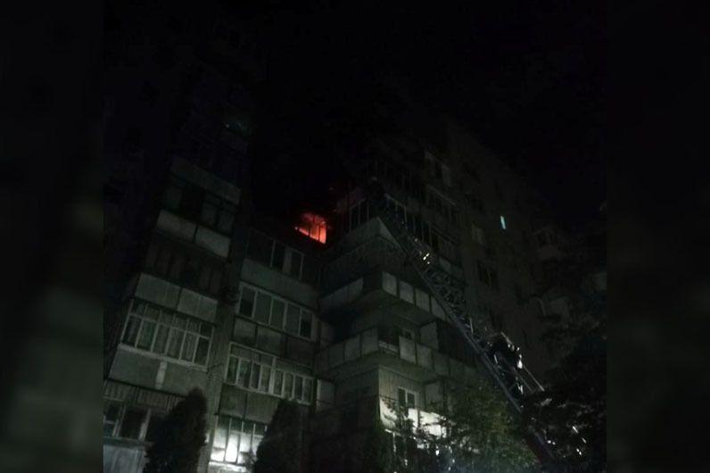 Под Днепром в многоэтажке огонь охватил несколько этажей