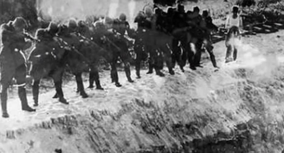 Карательные отряды нацистов расстреливали мирных людей.