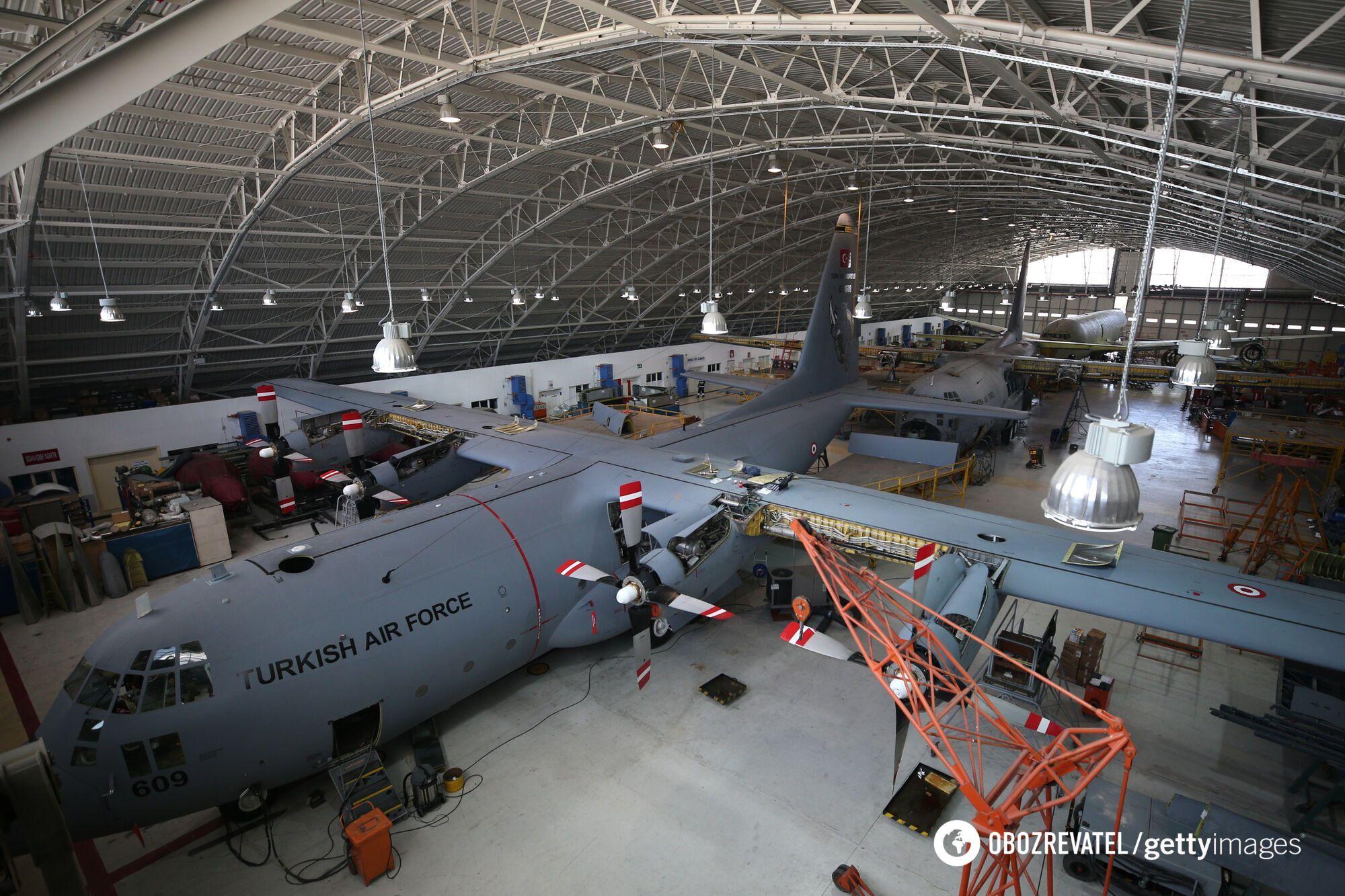 Инженеры и техники оснащают 60-летние самолеты C-130 Hercules (ВВС Турции) новейшими бортовыми устройствами