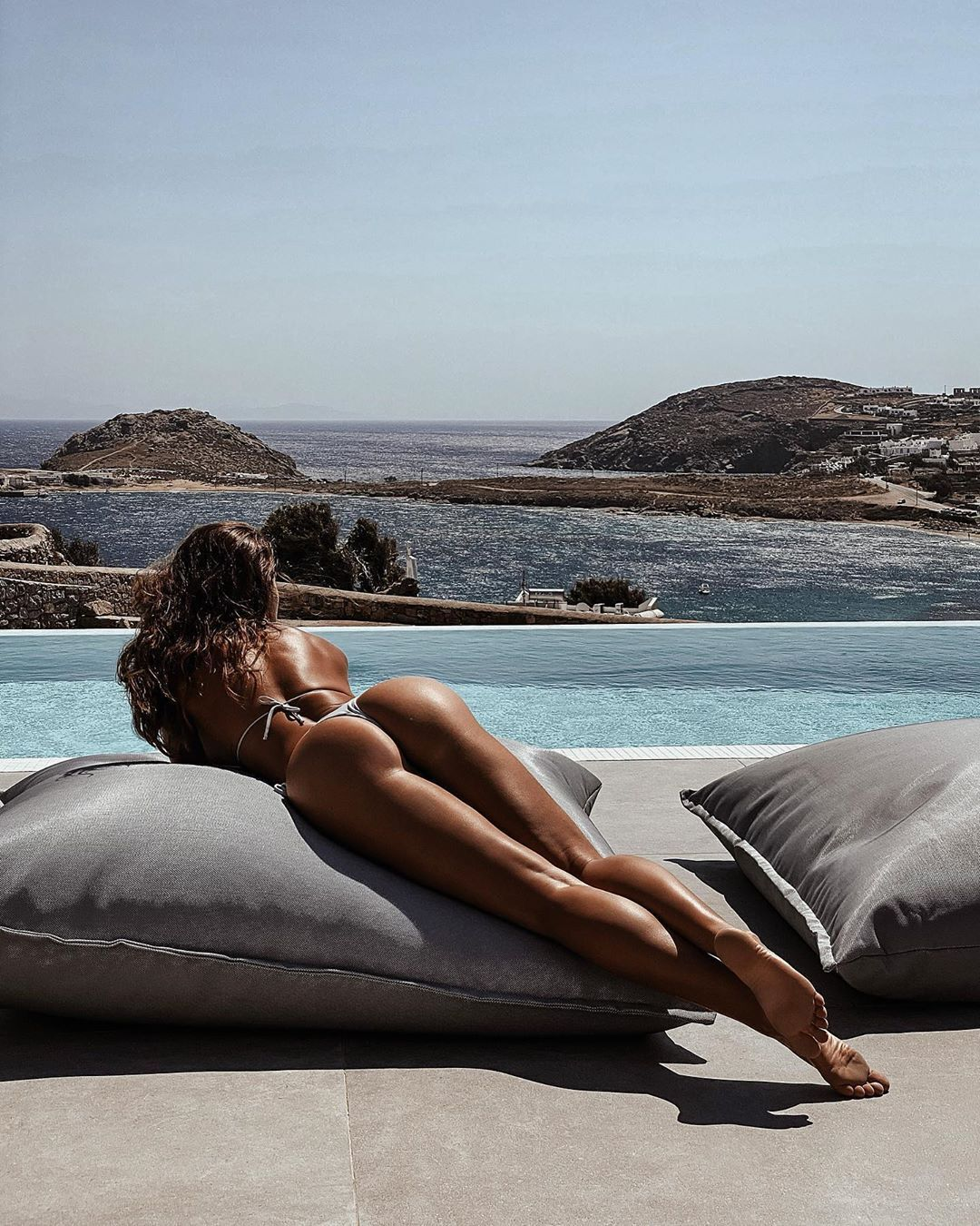 Люсія Яворчекова відпочиває на подушці