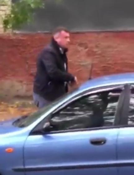 Мужчина вернулся к синему авто