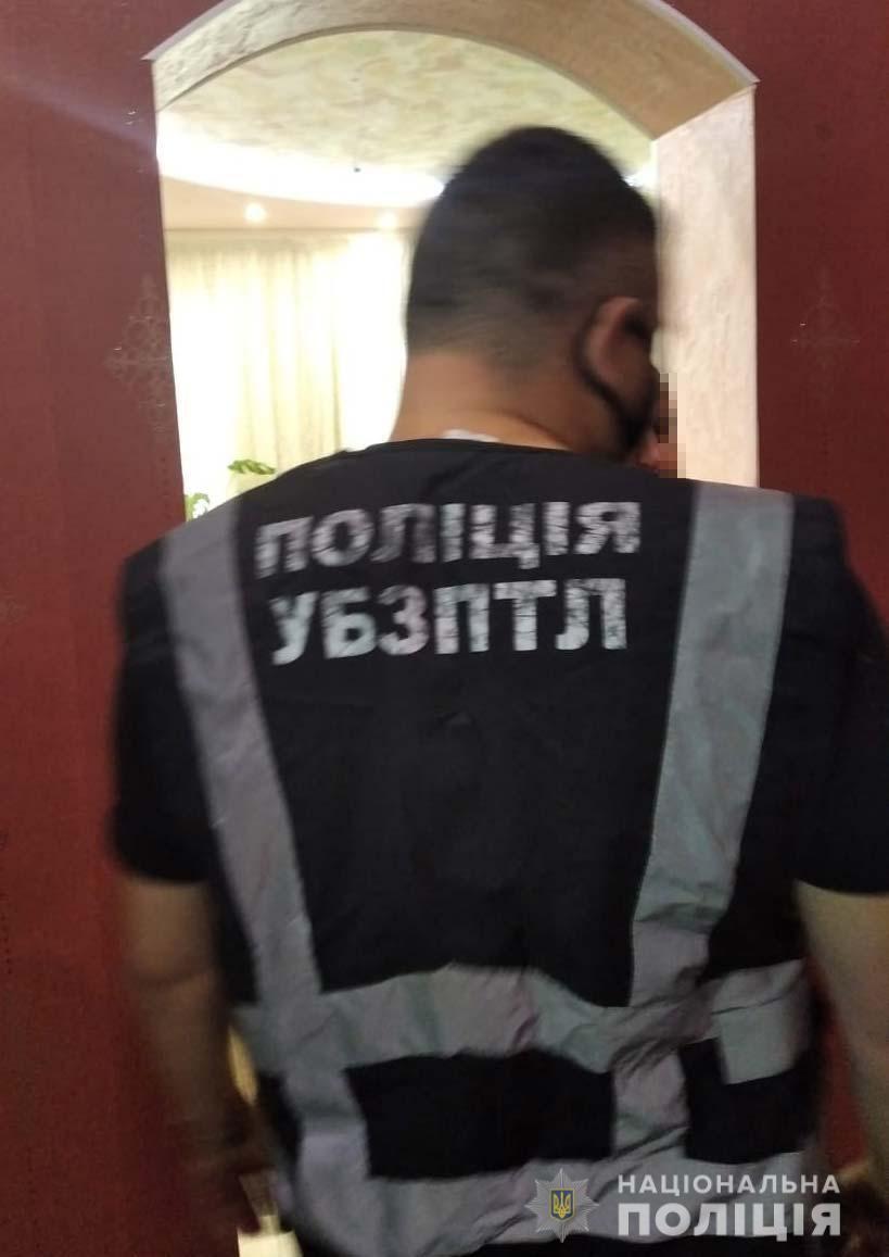 Під Дніпром 24-річна дівчина вдома облаштувала  порностудію. Фото пресслужби ГУ НП в Дніпропетровській області