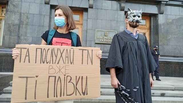 Активісти прийшли на акцію в масках.