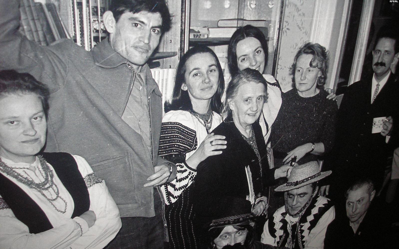 Василий Стус (второй слева) во Львове на Рождество, 1972 год