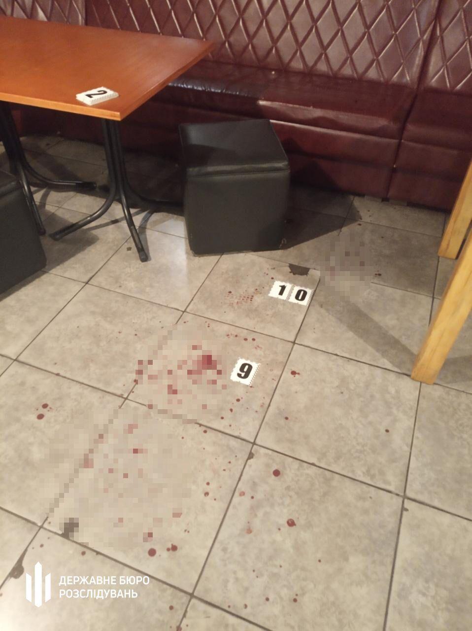 На підлозі розважального закладу залишилися сліди крові.